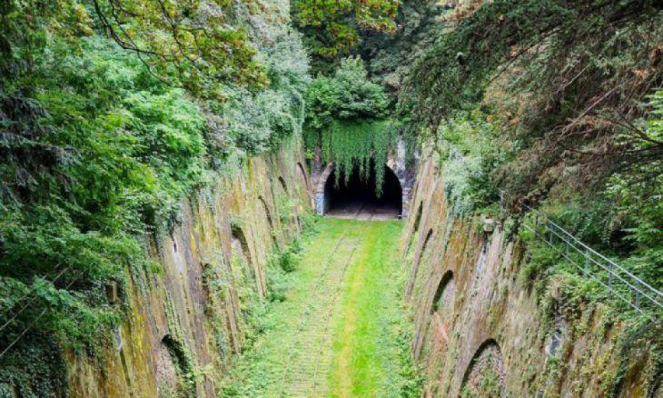 Túnel de estrada de ferro abandonada em Paris, França