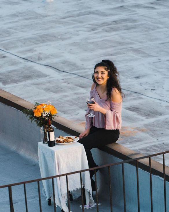 Um tipo de Brooklyn vê uma rapariga a dançar no telhado e envia-lhe um drone com o seu número