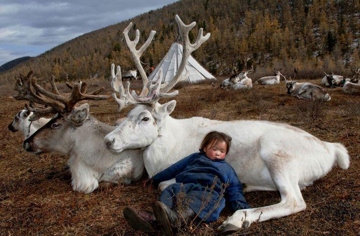 Φωτογράφος ταξιδεύει σε μια απομονωμένη φυλή στη Μογγολία και απαθανατίζει τη ζωή και τον πολιτισμό των ανθρώπων αυτών με απίστευτες φωτογραφίες!