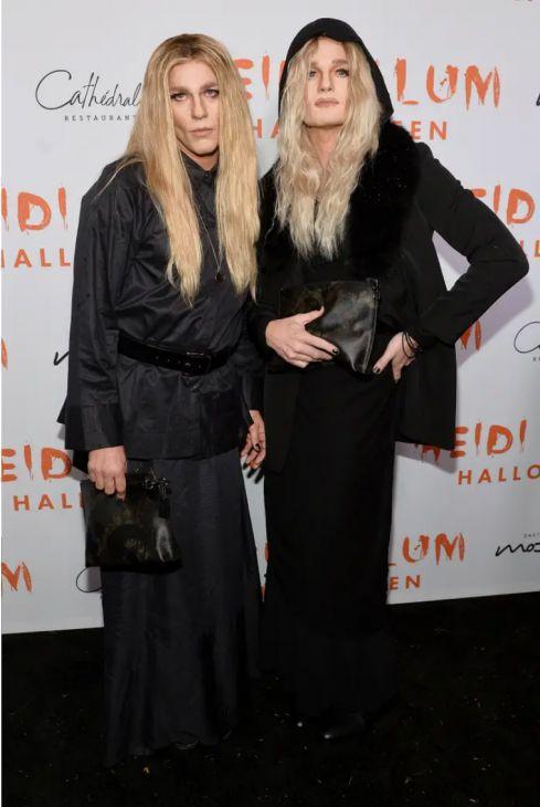 Neil Patrick Harris e David Burtka vestidos como Mary-Kate e Ashley Olsen para o Halloween é realmente espantoso